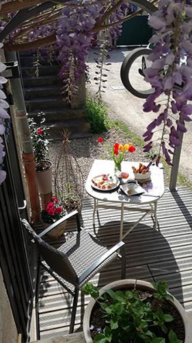 Petit déjeuner sur terrasse | L'Antre Ami, chambre d'hôtes à Savigny-lès-Beaune